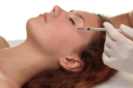 Woman-receiving-anti-wrinkle-injection